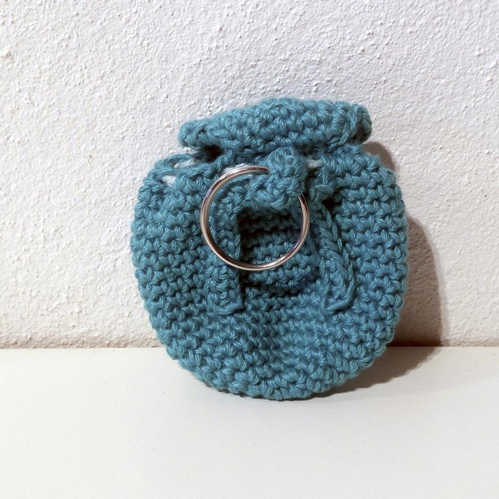 Hæklet rygsæk nøglering med handmade knap_sekundær